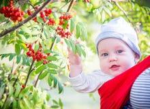 公园微笑的逗人喜爱的男孩婴儿 免版税图库摄影