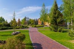 公园是与美好的导致一个巨大的木房子的绿地和大道的一个走的区域 Mezhigorye,乌克兰 免版税库存照片
