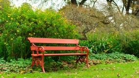 公园椅子和花的看法 免版税图库摄影