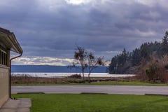 公园由湖的野餐区 免版税库存图片