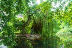 公园的夏天视图有池塘的和女孩的雕塑在卡罗维发利,捷克 免版税图库摄影