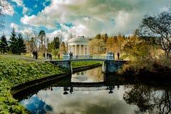 公园的建筑学和风景在巴甫洛夫斯克,列宁格勒地区 免版税库存图片