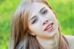 公园的白肤金发的女孩 库存图片