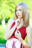 公园的白肤金发的女孩 免版税库存照片
