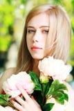 公园的白肤金发的女孩 免版税图库摄影