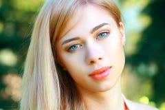 公园的白肤金发的女孩 免版税库存图片