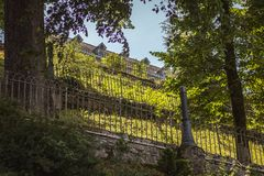 公园的看法在卢尔德旁边大教堂的  免版税图库摄影