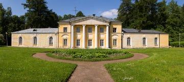 公园的看法在美丽如画的附属建筑前面的 阿尔汉格尔斯克州村庄  俄国 图库摄影