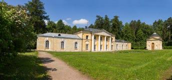 公园的看法在美丽如画的附属建筑前面的 阿尔汉格尔斯克州村庄  俄国 库存图片