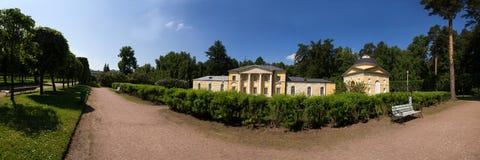 公园的看法在美丽如画的附属建筑前面的 阿尔汉格尔斯克州村庄  俄国 免版税库存照片