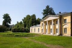 公园的看法在美丽如画的附属建筑前面的 阿尔汉格尔斯克州村庄  俄国 免版税图库摄影