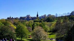 公园的看法在背景中与历史建筑 免版税库存图片