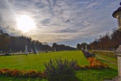 公园的看法Nymphenburg城堡的在秋天 免版税库存图片