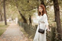 公园的红头发人女孩 免版税库存图片
