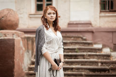 公园的红头发人女孩 免版税库存照片