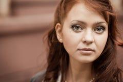 公园的红头发人女孩 库存图片