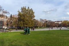 公园的走的人在全国劳动人民文化宫前面在索非亚,保加利亚 免版税图库摄影