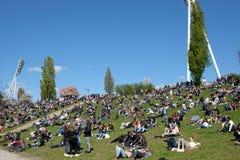 公园的Mauerpark人们在一个晴天在柏林 免版税图库摄影
