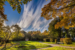 公园秋天视图在俄国镇 免版税库存图片