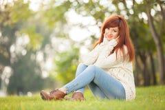 公园走的妇女年轻人 秀丽自然场面 免版税库存照片