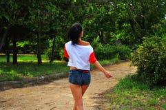 公园走的妇女 免版税图库摄影