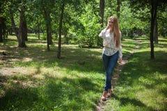 公园走的妇女 免版税库存图片