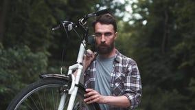 公园运载的fixie自行车的残酷行家人 股票录像