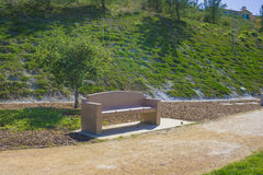 公园长椅和山坡 免版税图库摄影