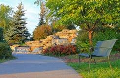 公园长椅和瀑布 库存照片