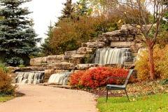 公园长椅和瀑布 免版税库存照片