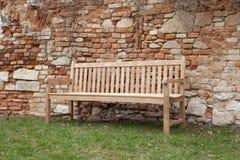 公园长椅在庭院里 免版税库存图片