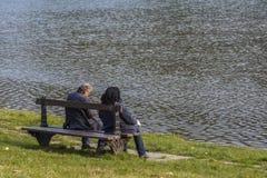 公园长椅的前辈 免版税库存图片