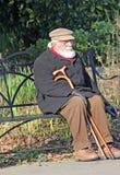 公园长椅的孤独的前辈 免版税库存图片