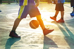 公园,五颜六色和迷离概念的抽象蓝球运动员 免版税库存照片