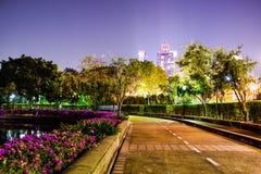 公园-在Benchakitti公园夜,曼谷泰国的走道 免版税库存照片
