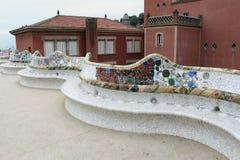 公园Guell -长的马赛克长凳和主要大阳台 免版税图库摄影
