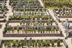 公墓在日本,石马,2018年8月  日本保管妥当的公墓在一个夏日 免版税图库摄影