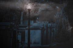 公墓在有雾的夜 免版税库存照片