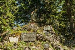 公墓在森林里 免版税库存照片