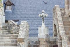 公墓在monastry下的村庄在山圣徒Mic 免版税库存图片