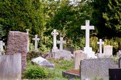 公墓坟墓和十字架 免版税库存照片