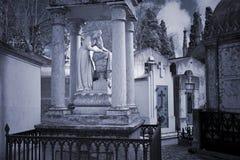 公墓妇女雕象 图库摄影