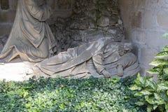 公墓建筑学形象和细节在教堂附近 免版税库存照片