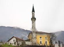 公墓的清真寺在特拉夫尼克 达成协议波斯尼亚夹子色的greyed黑塞哥维那包括专业的区区映射路径替补被遮蔽的状态周围的领土对都市植被 免版税图库摄影