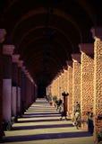 公墓的长的古老门廊 免版税库存照片