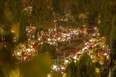 公墓胡同在晚上,数百蜡烛 免版税库存照片
