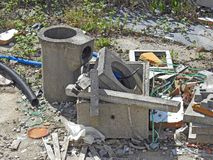 公害损伤垃圾垃圾站点油罐头打翻大厦 免版税库存照片