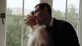 公寓、美丽的新娘和新郎的新婚佳偶在富有的内部 股票录像