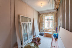 公寓内部与材料的在整修和建筑时 免版税库存图片