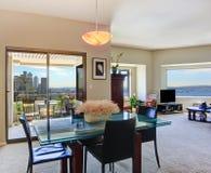 公寓内部现代 玻璃顶面餐桌看法与c的 库存照片